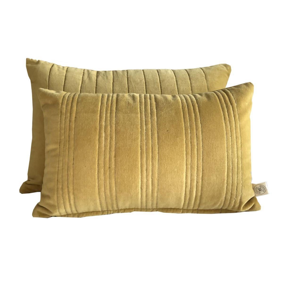 kussen fluweel okergeel en gouden stiksels 50x30cm